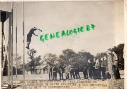 78-BEYNES-RARE PHOTO NEW YORK TIMES 1947-CAMP FRILEUSE-DEMONSTRATION CADETS ANGLAIS SAUT PARACHUTISME - War, Military