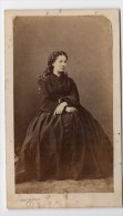 Photographie Albuminée CDV Circa 1870 Portrait D'une Femme Assise - Photo COUTEM à Vichy - Personas Anónimos