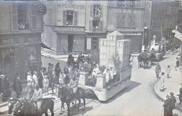 23742- Chalons Sur Marne -carte Photo Carnaval Char Hopital Militaire Soldat-coiffeur Peigne Or -café Malte Boulve? - Châlons-sur-Marne