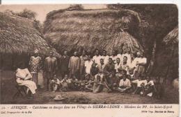 AFRIQUE 32 CATECHISME EN IMAGES DANS UN VILLAGE DE SIERRA LEONE . MISSION DES PP DU SAINT ESPRIT - Sierra Leone