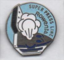 Superbe Pin´s En EGF , Fer à Repasser Rowenta , Super Press Line , Repassage - Badges