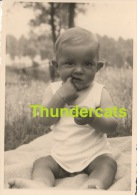 ANCIENNE PHOTO AMATEUR ENFANT GARCON  ** VINTAGE AMATEUR SNAPSHOT  BOY CHILD - Personnes Anonymes