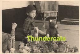 ANCIENNE PHOTO AMATEUR ENFANT GARCON JOUET PELUCHE  ** VINTAGE AMATEUR SNAPSHOT  BOY CHILD TOY TEDDY BEAR - Personnes Anonymes