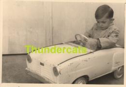ANCIENNE PHOTO AMATEUR ENFANT GARCON JOUET AUTOMOBILE  ** VINTAGE AMATEUR SNAPSHOT  BOY CHILD TOY CAR AUTO - Personnes Anonymes