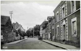 44-DERVAL-Carrefour Des Rues De Nantes Et De Chateaubriant-cpsm- Voiture - Derval