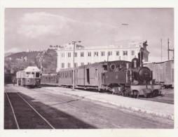 CHEMINS DE FER - TRAINS - CPM - EN GARE DE MALAGA-SUBURBANOS, TRAIN POUR COIN ET AUTORAIL POUR FUENGIROLA - 13.03.1962 - - Trains