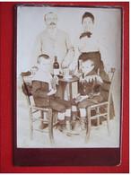 PHOTOS - TRES BELLE PHOTOGRAPHIE D'UNE FAMILLE A TABLE - BOUTEILLE DE VIN - ENFANTS - RAISIN - GODILLOTS..... - Old (before 1900)