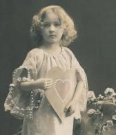 ENFANTS -  LITTLE GIRL - MAEDCHEN - Jolie Carte Fantaisie Portrait Fillette Et Coeur - Portraits
