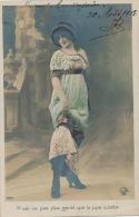 FEMMES - FRAU - LADY - MODE - CHAPEAUX -  Jolie Carte Fantaisie Portrait Jeune Femme Avec Jupe Culotte - Femmes