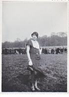 23842 Photo Femme Champ De Courses Chevaux ? Vers 1930 - Personnes Anonymes