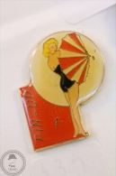 Pin Up Black Swimsuit Lady & Umbrella Nº 1 - Ananas Production Modele Depose - Pin Badge #PLS - Pin-ups