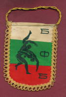 W9  / SPORT - BULGARIAN FEDERATION Wrestling Lutte Ringen  - 9.5  X 11.5 Cm. Wimpel Fanion Flag Bulgaria Bulgarie - Ringen