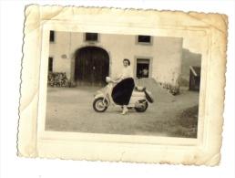 Femme Et Scooter Vespa - Other