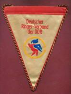 W79 / SPORT -DEUTSCHER RINGER VERBAND DER DDR Wrestling Lutte Ringen 18 X 23 Cm. Wimpel Fanion Flag  Germany Deutschland - Lucha