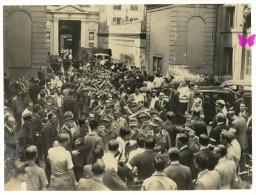 LIBERATION DE PARIS - GUERRE 39-45 - Photo LAPI 23,5x17,5 Cm - Prisonniers Allemands Sortant De La Mairie Du 9eme - Guerre, Militaire