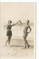 TRAJES DE BAÑO  MUJERES EN LA PLAYA EN TRAJE DE BAÑO CIRCA 1930   OHL - Mode