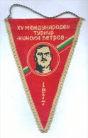 "W122 / SPORT Championship "" NIKOLA PETROV "" 1977  PERNIK Wrestling Lutte Ringen 15.5 X 23 Cm Wimpel Fanion Flag BULGARIA - Lucha"