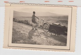 PRAT DE BOUC - TANDEM AVEC REMORQUE - Au Fond Le Plomb Du Cantal - Format 8X5.5cm - Cyclisme