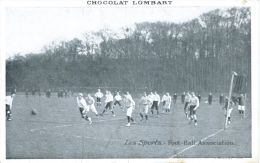 N°38402 -cpa Les Sports : Foot Ball -carte Publicitaire Chocolat Lombart- - Soccer