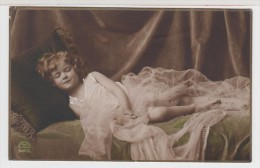 ENFANT-CHILDREN- KINDER - LITTLE GIRL - FILLETTE En Train De Dormir Sur Canapé - Portraits