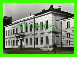 SKIERNIEWICE, POLOGNE - PALAC, OBECNIE INSTYTUT WARZYWNICTWA - OLD RENAULT - - Pologne