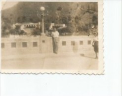 HOMBRE EN UN PUENTE CIRCA 1930  PEQUEÑA FOTOGRAFIA  OHL - Personnes Anonymes