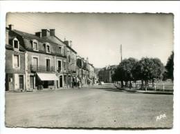 CP - RIOM ES MONTAGNE (15) LACE DU MONUMENT ET AVENUE DE LA GARE - France