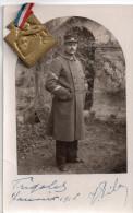 Carte Photo ,  Militaire En Tenue A Iddentifier..note 118  Sur Col Et Kepi..avec Medaille Et Ruban Attache ( 2 Scans ) - Guerre 1914-18