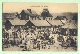 MADAGASCAR - 3 CP -Un Marché - Vannage Du Riz -Eglise En Construction - Madagascar