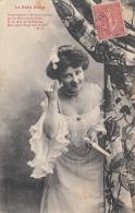 Le Petit Doigt Junge Hübsche Frau Mit Blume Im Haar Schönes Kleid Erotisches Dekolleté Karte Gel.1906 - Frauen