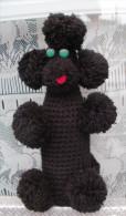 Chien Au Crochet Sur Bouteille Avec Pompons - VINTAGE - Chiens