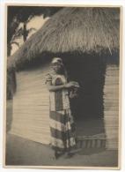 Foto/Photo Ancienne. Congo. Jolie Africaine En Pagne Devant Une Case. - Africa