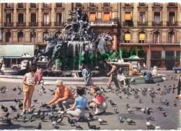 69 - LYON - LES PIGEONS DE LA PLACE DES TERREAUX ET LA FONTAINE BARTHOLDI -1964 - Lyon