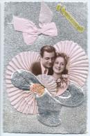 Jolie Carte De Sainte-Catherine - Couple Dans Un Chapeau Entouré De Tissus Plissé En Forme D´éventail - Fond Argenté - Prénoms