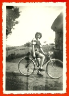 PHOTO Photographie Amateur - En Campagne, à Montalon, Femme Sur Une Bicyclette - Cyclisme Vélo Cycle Cycliste - Ciclismo