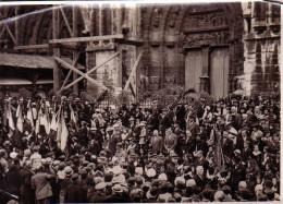 PHOTO FORMAT 170x125 - ANNIVERSAIRE DE LA BATAILLE DE LA MARNE LA FOULE A LA SORTIE DE LA CATHEDRALE - COUPURES. - War, Military