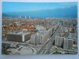 CP 38 GRENOBLE - Les Grands Boulevards Et La Chaine De Belledonne - Voitures Anneaux J.O Au Carrefour, Immeubles H.L.M. - Grenoble
