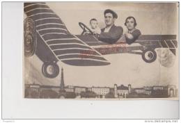 Au Plus Rapide Carte Photo Montage Trucage Surréalisme Décor Studio Avion Souvenir De Marseille On Survole... Paris! - Fantasie