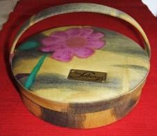 CAJA REDONDA PARA LABORES - COSTURERO DE TELA ESTAMPADA AÑOS 60 - Sewing Of Fabric  60' - Otras Colecciones