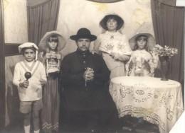 FOTO TRUCADA BUENOS AIRES ARGENTINA CIRCA 1955 LOS ROSTROS FUERON IMPOSTADOS EN LOS TRAJES RARE - Anonymous Persons
