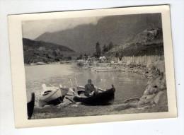 photographie , 9 x 6 cm , homme dans une barque