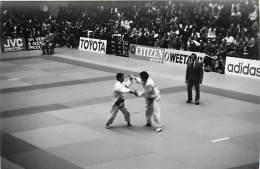 Ref A793- Arts Martiaux -judo -photo Souple Non Située- Rencontre Internationale Ou Nationale ??- Photo Bon Etat  - - Martiaux