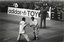 Ref A791- Arts Martiaux -judo -photo Souple Non Située- Rencontre Internationale Ou Nationale ??- Photo Bon Etat  - - Martiaux