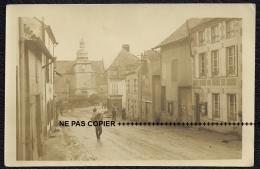 TOP ARDENNES CARTE PHOTO - WASIGNY OCCUPÉ LE 18 FÉVRIER 1918 - UN PORTEUR DANS LA RUE, UN MAGASIN EN ALLEMAND ( GUERRE ) - Frankreich