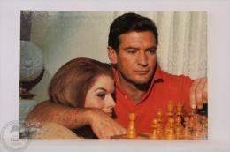 Original & Rare 1960s Postcard - Rod Taylor & Mary Hilem - Edited Oscarcolor, Printed In Spain - Acteurs