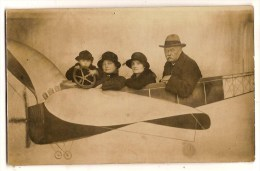Carte Photo Montage Surréalisme 2 Famille Dans Un Avion - Luchtvaart