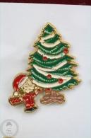 Charlie Brown Near Christmas Tree - Pin Badge #PLS - Pin