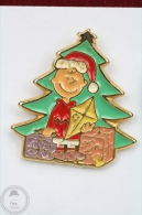 Charlie Brown Near Christmas Tree And Presents  - Pin Badge #PLS - Pin's & Anstecknadeln