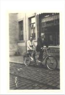CINEY, Photo (+/- T 6 X 9 Cm) Rue Du Commerce - Chaussure Boussy-Lambert - Tandem, Vélo, Cycliste   (sf95) - Places