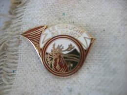 "Pin's sur le th�me de la chasse: ""Le d�buch� de NANCY"". Corps de chasse, Cerf"